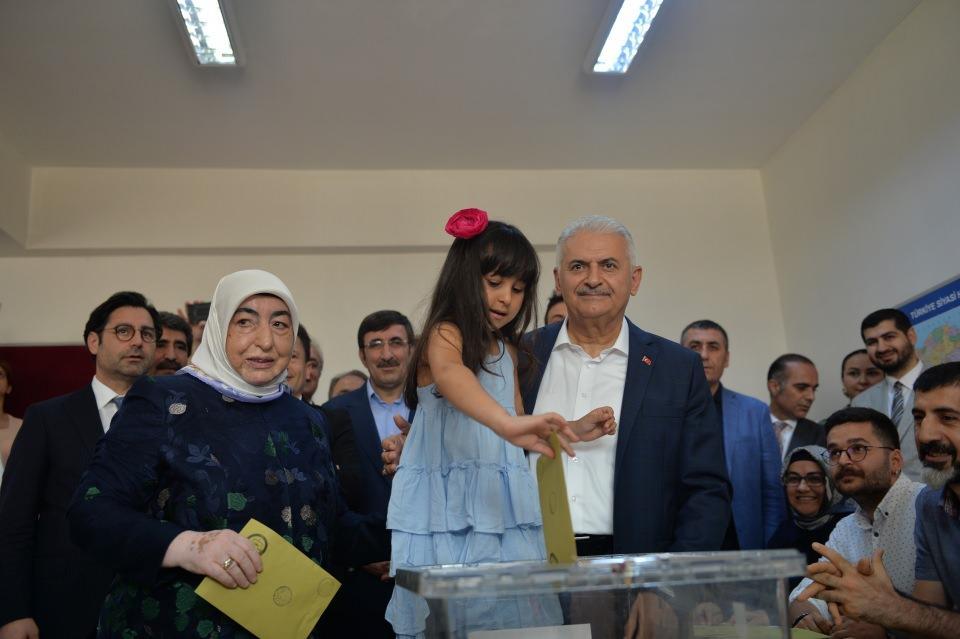 <p>AK Parti İstanbul Büyükşehir Belediye Başkan Adayı Binali Yıldırım ve eşi Semiha Yıldırım, İstanbul Büyükşehir Belediye Başkanlığı yenileme seçimi için Tuzla'da oy kullanacakları Emlak Konut Cemil Meriç Ortaokulu'na geldi.</p>