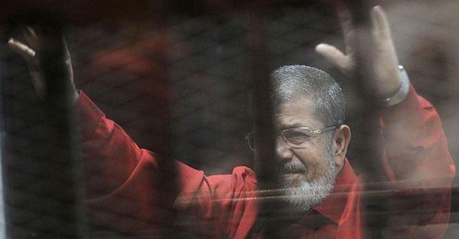 <p>Hüsnü Mübarek'in devrildiği 2011 yılındaki ayaklanmaya muhalif olarak destek veren Mursi, daha sonra Müslüman Kardeşler'in kurduğu Hürriyet ve Adalet Partisi'nin başkanı seçildi.</p>  <p></p>