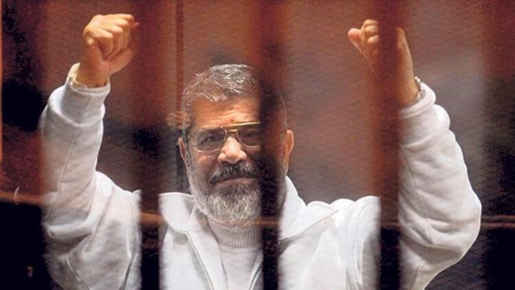 <p>İlk eğitimini memleketinde alan Mursi, daha sonra Kahire Üniversitesi'nde mühendislik okudu. Eğitimine ABD'de devam eden Mursi, 1982 yılında Güney Kaliforniya Üniversitesi'nde mühendislik doktorasını tamamladı.</p>  <p></p>