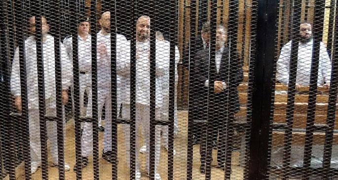 <p>Abdulfettah Sisi'nin 3 Temmuz 2013'te darbeyle yönetime el koymasından sonra, Mursi tek kişilik hücrelerde tam bir izolasyona tabi tutulmuştu. Mursi, darbeci mahkemeler tarafından toplam 48 yıl hapse mahkum edilmişti.</p>  <p></p>