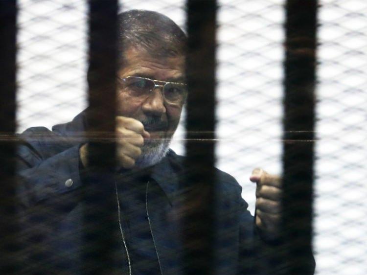 <p>Darbeyle görevinden uzaklaştırılan, Muhammed Mursi, mahkeme salonunda şehit düştü.</p>