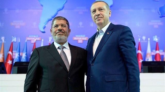 <p>Northridge Kaliforniya Eyalet Üniversitesi'nde 1985 yılında doçent olan Mursi, daha sonra ülkesine dönerek akademik çalışmalarını Zagazig Üniversitesi'nde sürdürdü.</p>