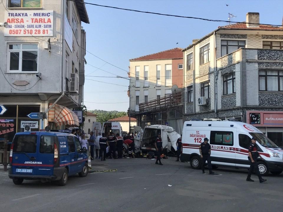 <p>Dur ihtarına uymayan araç şehir merkezinde bir dükkana çarptı. Kazada 10 kaçak göçmen hayatını kaybederken, 30 göçmen yaralandı.</p>