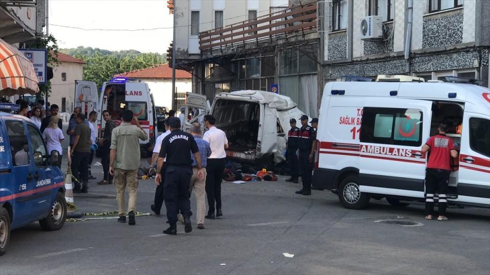 <p>Edirne'nin Meriç ilçesinde meydana gelen trafik kazasında 10 kaçak göçmen hayatını kaybetti, 30 kaçak göçmen de yaralandı.</p>