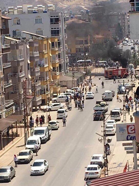 <p>Bugün saat 13.00 sıralarında, Mehmet Akif Ersoy Caddesi'nin kenarında park halinde bulunan otomobilde, henüz bilinmeyen nedenle patlama meydana geldi.</p>