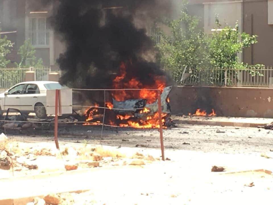 <p>Patlamanın ardından alev topuna dönen otomobildeki 2 kişi yaşamını yitirdi.</p>