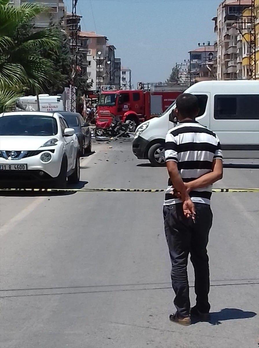 <p>Çevrede büyük korkuya neden olan patlamanın ardından otomobil, alev topuna döndü. İhbar üzerine olay yerine çok sayıda polis, itfaiye ve sağlık ekibi sevk edildi.</p>