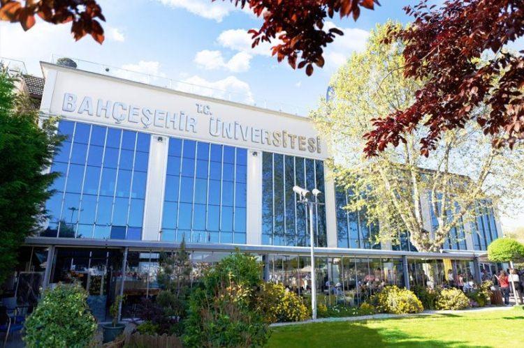 <p>4- Bahçeşehir Üniversitesi</p>  <p>Bahçeşehir Üniversitesi kesin kayıt yaptıran öğrencilerine burs imkanı sağlıyor. İşte Bahçeşehir Üniversitesi'nin burs imkanı;</p>  <p>- 1-100 arasındaki öğrencilere aylık 1000 TL</p>  <p>- 101-1.000 arasındaki öğrencilere aylık 600 TL</p>
