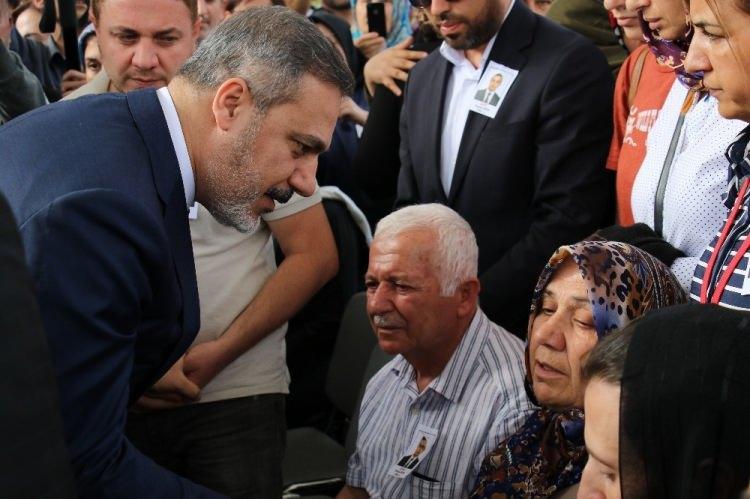 <p>Şehit Osman Köse (39) için Ahmet Hamdi Akseki Camisi'nde tören düzenlendi. Cami avlusuna getirilen tabutun başında polisler nöbet tuttu. Şehit ailesi ve yakınları cami avlusunda taziyeleri kabul etti. Şehidin ailesi, taziyeleri kabul ederken gözyaşlarına hakim olamadı.</p>
