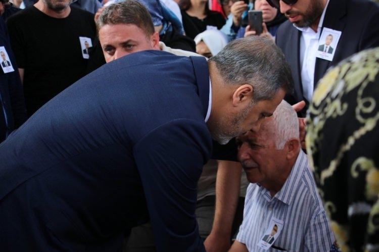 <p>Irak'ta Başkonsolosluk personeli olarak bulunduğu Erbil'de bir restoranda yemek yediği sırada uğradığı silahlı saldırıda şehit olan Osman Köse son yolculuğuna uğurlandı.</p>