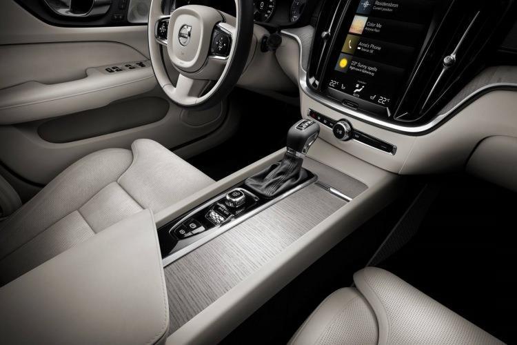 2019 Volvo S60 yeniden tasarlanan iç mekanı ile resmen büyüledi!