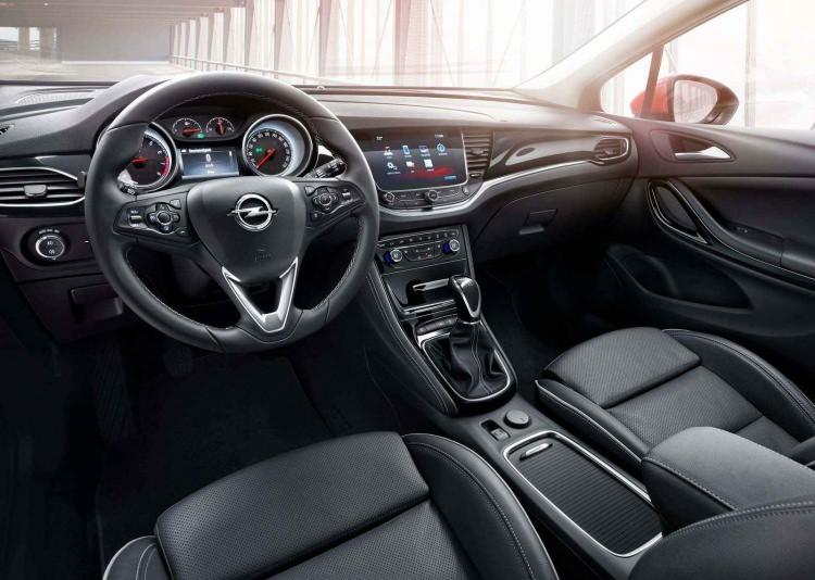 2019 Opel Astra makyajlanmış kasası ile yine hayranlarını etkiledi