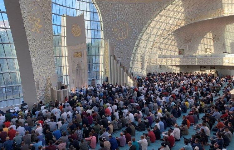 <p>Almanya'da yaşayan Müslümanlar kurban bayramı namazı için camilere akın etti. Köln kentindeki DİTİB Merkez Cami içi dolunca, Müslümanlar cami avlusunda saf tuttu.</p>