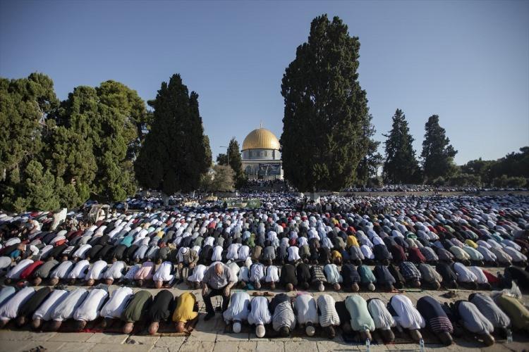 <p>İsrail işgali altındaki Doğu Kudüs'ün Eski Şehir bölgesinde bulunan Mescid-i Aksa'da on binlerce Müslüman bayram namazı kıldı.</p>  <p></p>