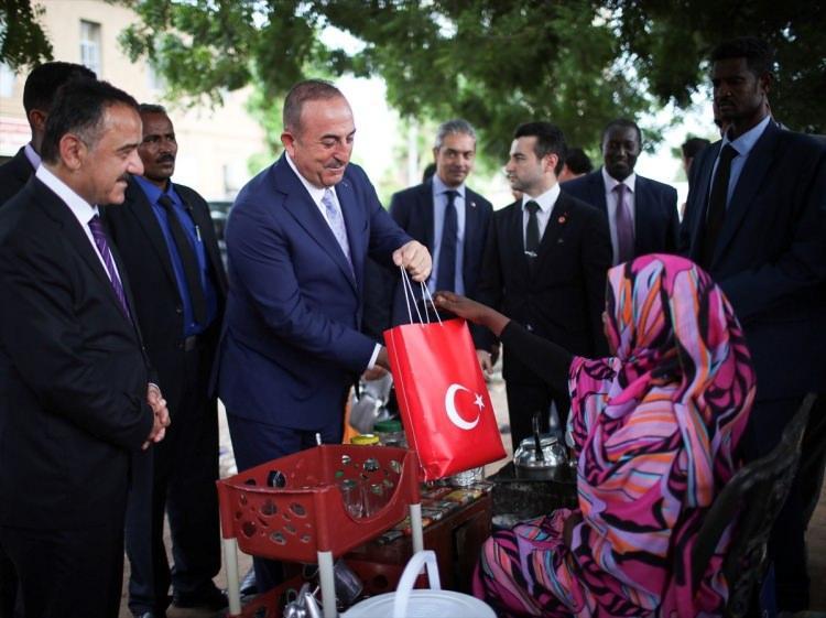 <p>Dışişleri Bakanı Mevlüt Çavuşoğlu, Geçici Sivil Yönetim düzenlemelerini içeren Anayasal Bildiri'nin imza töreni için gittiği Sudan'ın başkenti Hartum'da sokakları gezerek vatandaşlarla sohbet etti.</p>  <p></p>