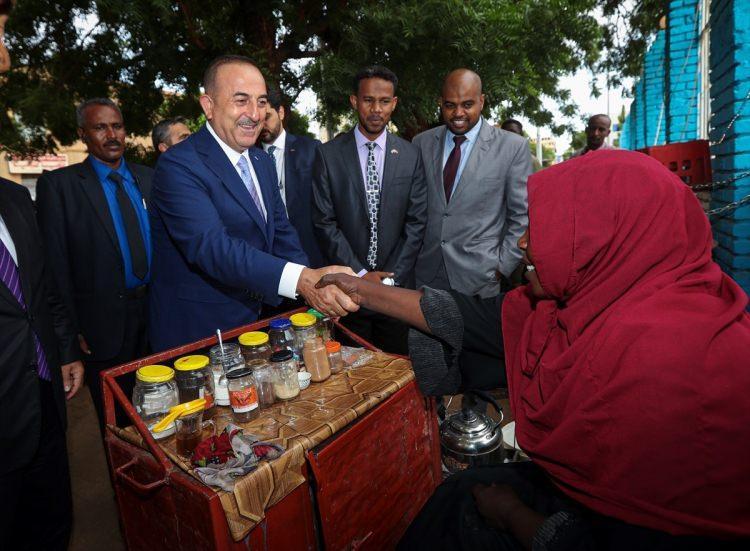 """<p>Hediyeleri alan Sudanlı bir kadın da """"Sizin getirdiğiniz hediyeler az değildir. Çok hayırlı dualar ediyoruz sizin için. İnşallah Allah hayrınızı artırsın, yükseltsin. Allah sağlık versin, hayrınız çoktur, sürekli bekliyoruz sizi."""" ifadelerini kullandı.</p>"""