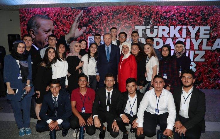 <p>Türkiye Cumhurbaşkanı ve AK Parti Genel Başkanı Recep Tayyip Erdoğan ve eşi Emine Erdoğan, partisinin 18. kuruluş yıl dönümü dolayısıyla ATO Congresium'da düzenlenen resepsiyonuna katıldı.</p>