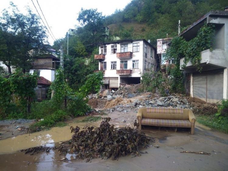 <p>Trabzon'un Araklı ilçesinde dün gece etkili olan sağanak yağış, birçok yerde sel ve heyelanlara yol açtı. Can kaybının yaşanmadığı sel ve heyelanlar maddi hasara yol açarken, bir taş ocağında yaşanan heyelan sonrası Araklı-Bayburt karayolu ulaşıma kapandı.</p>  <p></p>