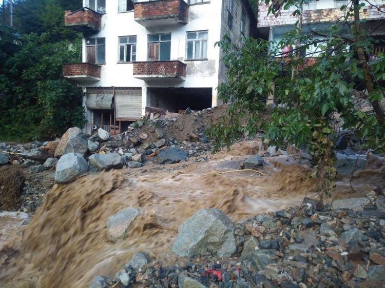 <p>Şiddetli yağış dün gece Trabzon'un Araklı ilçesinde etkili oldu. Şiddetli yağışın ardından sel ve heyelanlar yaşanırken, ilçenin Çankaya-Dağbaşı mahallesinde evleri su bastı.</p>