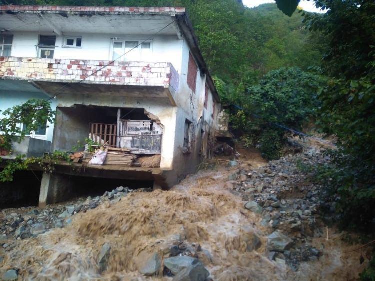 <p>Birçok evin zarar gördüğü selde evlerde bulunan vatandaşlar son anda kurtuldu. Mahalle yolundan geçen derenin debisi yükseldi.</p>