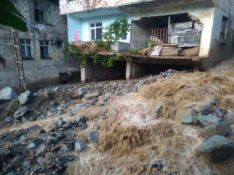 <p>Sabah saatlerinde ise Çiftepınar mahallesi mevkiinde bulunan taş ocağında meydana gelen heyalan sonucu Araklı-Bayburt Yolu trafiğe kapandı.</p>