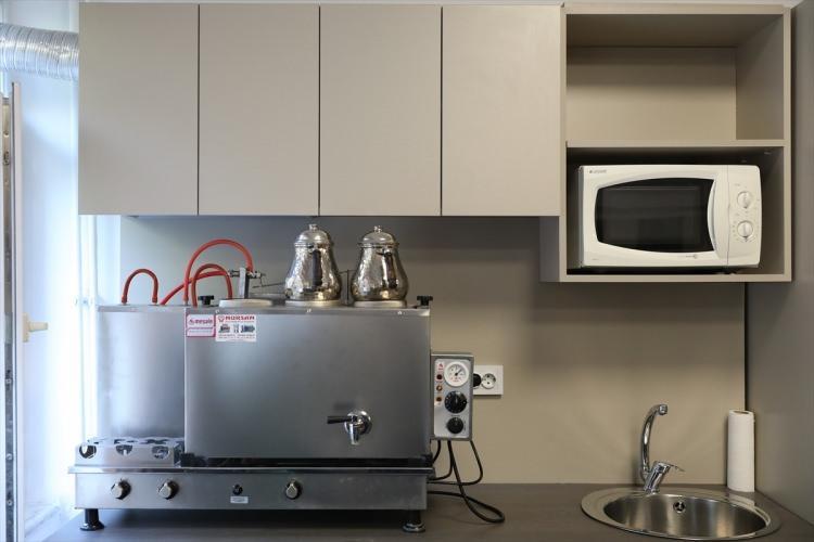 <p>Su tesisatı bulunan veya tesisatın oluşturulması mümkün olan odalar için ise mutfak alanı, mutfak alanına konumlandırılmış metal eviye, tezgah altı buzdolabı, gizli davlumbaz, yemek ısıtmak için mikrodalga fırın ve bulaşık makinası...</p>