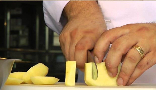 <p>Öncelikle patatesleri hepsi aynı ölçüde olacak düzeyde ince ince dilimleyin.</p>  <p></p>