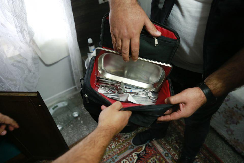 <p>Suriye uyruklu şüphelilerden Hasne Haşur, polislere ülkesinde doktor olduğunu ve evinde bulunan tıbbi cihazlar ile ilaçları kendisinin kullandığını iddia etti.</p>  <p></p>