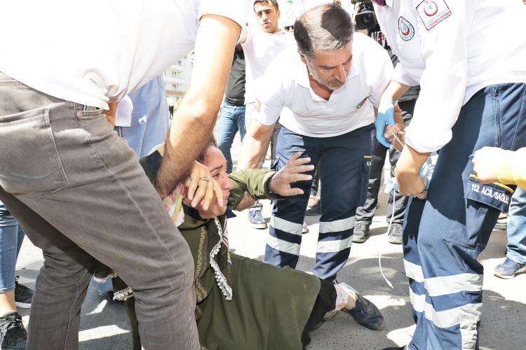 """<p>""""Babam gitti"""" diye feryat eden Bozkurt, ambulansla hastaneye kaldırıldı.</p>"""