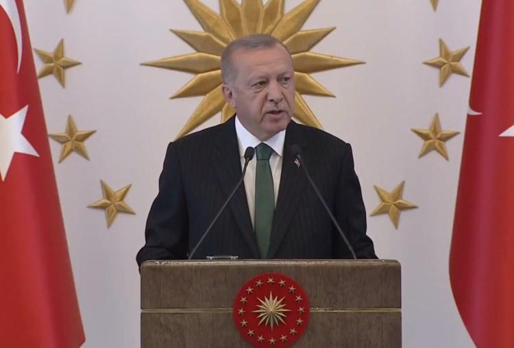"""<p>Cumhurbaşkanı Recep Tayyip Erdoğan, """"Biz İstanbul Büyükşehir Belediye Başkanlığı görevine geldiğimizde; bizden 1, 2, 3 önceki hatta çok daha önceki dönmelerden kalma personel vardı. Çalışan, birikimi ve gayretiyle bulunduğu yeri hak eden hiç kimseye dokunmadım, hiç kimseyi yerinden, ekmeğinden, aşından etmedik. Ne personelle, ne araçlarla, ne de başka şeylerle uğraştık"""" dedi.</p>"""