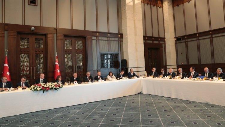 """<p><strong>'MİLLETİMİZİN BİZDEN İSTEDİĞİ GÖRÜNTÜ BU'</strong><br /> </p>  <p>Türkiye'nin birliğe, beraberliğe, kardeşliğe en çok ihtiyaç duyduğu bir dönemde Beştepe'de ortaya konulan fotoğrafın çok önemli olduğuna işaret eden Erdoğan, """"Siyasi olarak elbette farkı görüşlere ve duruşlara sahip olabiliriz, ama ülkemizin ve milletimizin ali çıkarları söz konusu olduğunda, birlikte hareket edebilme erdemini gösterebileceğimize inanıyorum.</p>"""