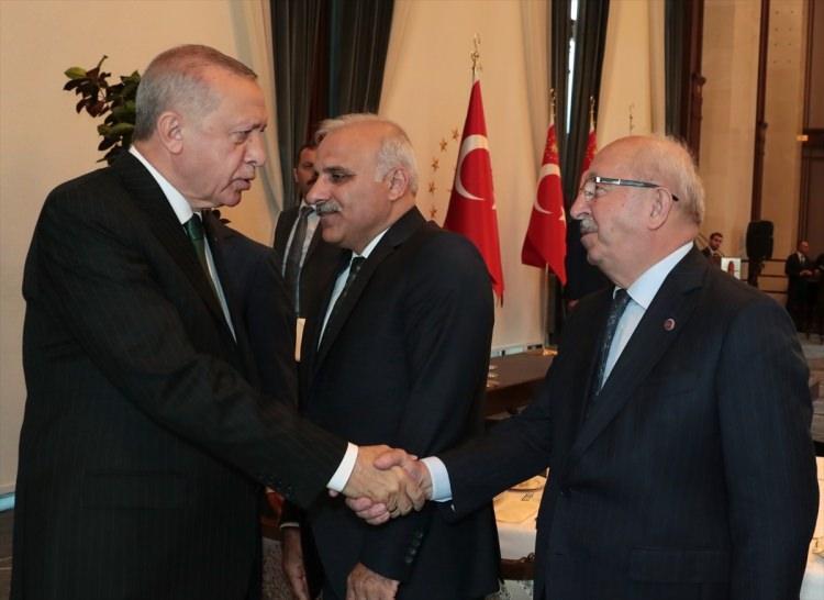 <p>Erdoğan, Büyükşehir Belediye Başkanları ile tokalaştı. İşte o anlar...</p>