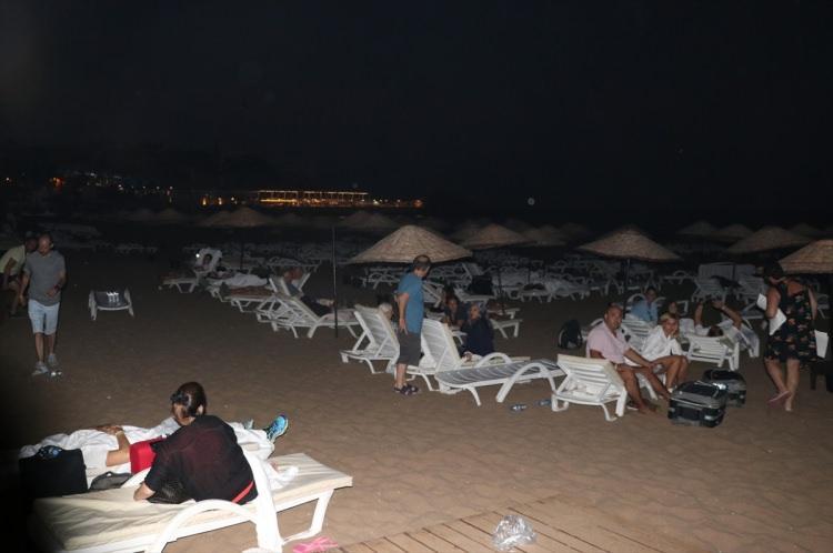 <p>Güvenlik nedeniyle askeri birliğe yakın bölgedeki bir otel ile çevrede oturanlar tahliye edilmeye başlandı. Olay yerinden gelen ilk görüntülerde otellerde kalan vatandaşların otellerini terk edip sahillerde sabahladığını gösteriyor.</p>