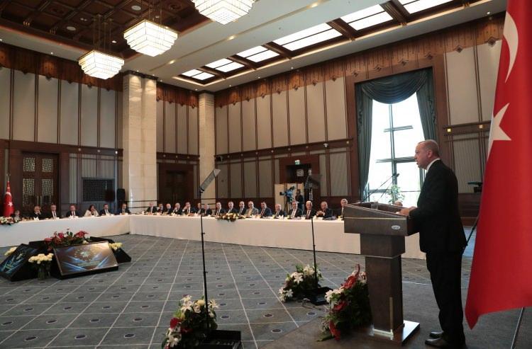 <p>Türkiye Cumhurbaşkanı Recep Tayyip Erdoğan, Cumhurbaşkanlığı Külliyesi'nde Büyükşehir Belediye Başkanları Toplantısı'na katıldı.</p>  <p></p>