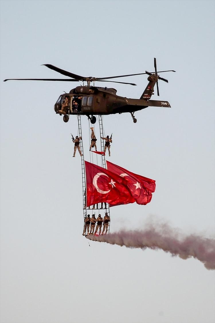 <p>Ziyaretçiler ayrıca, alanda Türk Hava Kuvvetlerinin A400 M uçağı, C160 askeri nakil uçağı, Türk Kara Kuvvetlerinin CH-47 ve sikorsky helikopterleriyle F4 2020 savaş uçağı, KT1 ve T38 eğitim uçaklarının yanı sıra Sahil Güvenlik CN-235 MSA uçağı ile jandarma ve polis helikopterlerini de inceledi.</p>