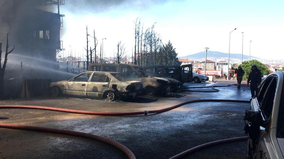 <p>Tuzla'da bir deri fabrikasında çıkan yangına müdahale, çevre ilçelerden gelen itfaiye ekiplerinin desteğiyle sürüyor.</p>  <p></p>