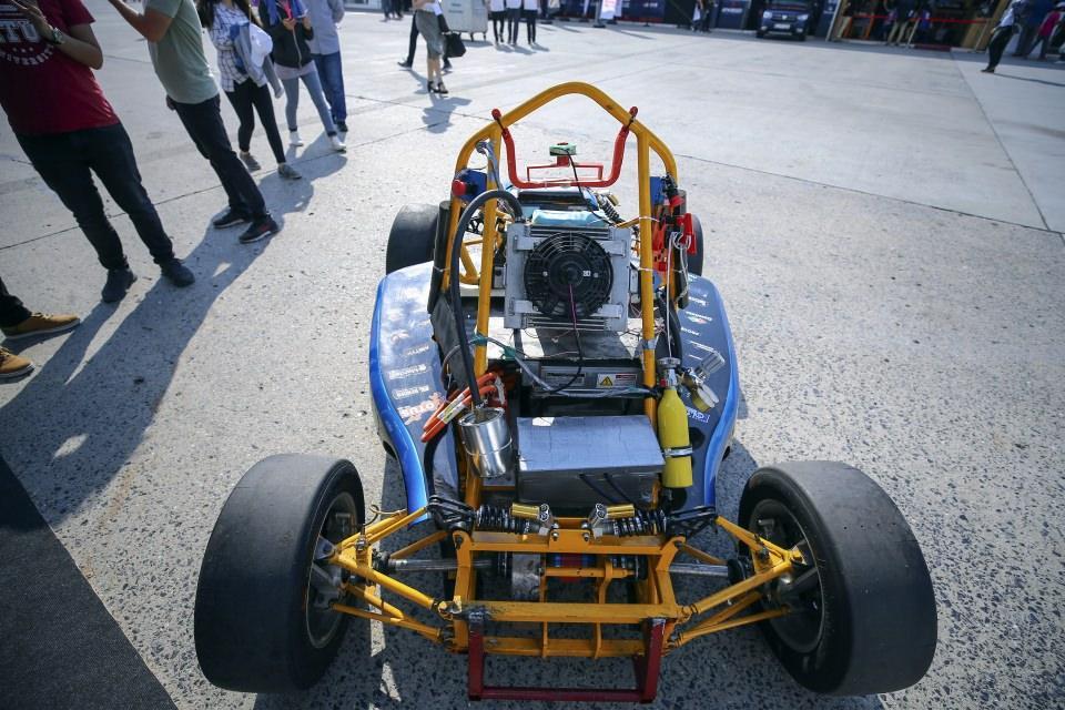 """<p>Elektrikli otonom Formula Student arabası</p>  <p>İstanbul Teknik Üniversitesi öğrencilerinden oluşan """"İTÜ Racing"""" takımının,uluslararası çapta düzenlenen ve dünyanın en önemli öğrenci yarışmalarından biri olan Formula Student yarışları için geliştirdiği sistem de TEKNOFEST'te yerini aldı.</p>  <p>Sistemin tanıtan Makine Mühendisliği 4. sınıf öğrencisi Ünsal Uslu,hemperformanslı yarış arabaları yapmak, hem de gelişen ve değişen dünyada otonom teknolojilerini geliştirmek ve Türkiye'yi bu alanda temsil etmeyi amaçladıklarını belirtti.</p>  <p>Derslerden arta kalan zamanın çoğunu sistemin gelişmesine ayırdıklarını kaydeden Uslu, sistemin tamamen bitmesiyle ilerleyen dönemlerde 'hazır kit' olarak satışa sunabileceğini sözlerine ekledi.</p>"""