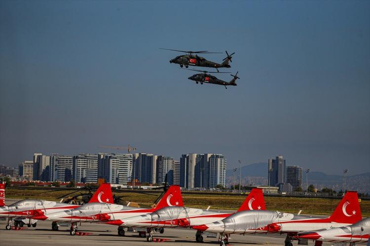<p>Katılımcılar, TEKNOFEST sergi alanında, Türkiye'nin milli ve yerli imkanlarla ürettiği hava ve kara araçlarının yanı sıra yurt dışından gelen uçakları da yakından görme fırsatı buldu.</p>