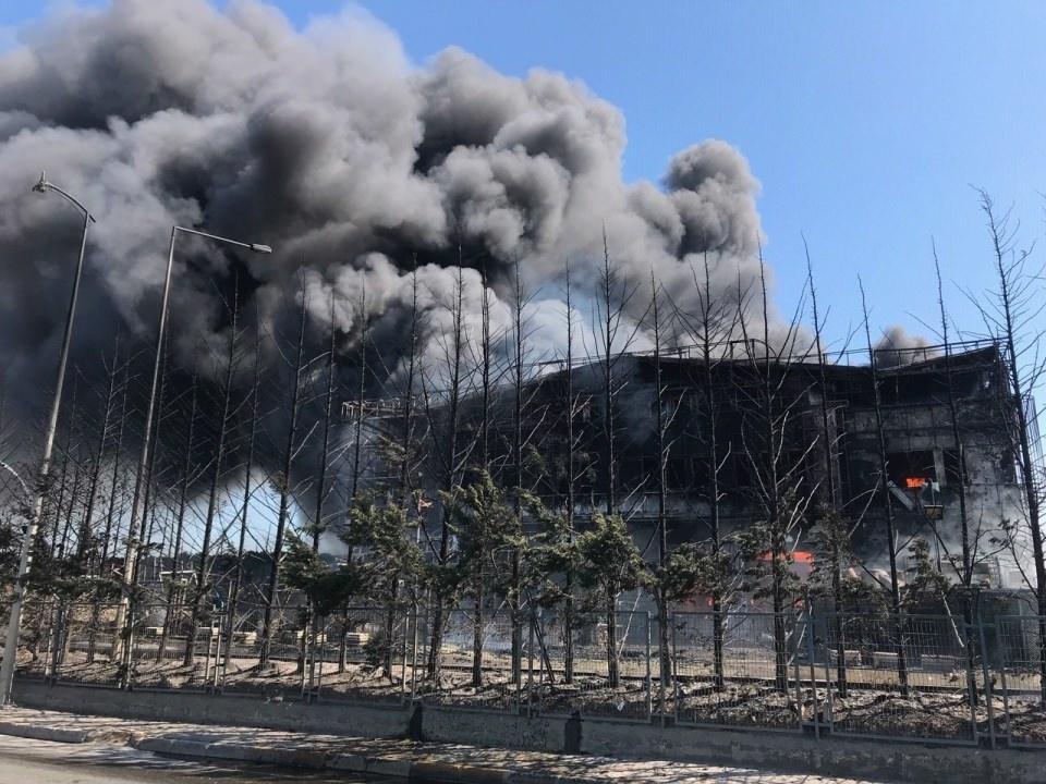 <p>Yangın nedeniyle olay yerine Tuzla ve çevre ilçelerden çok sayıda itfaiye ekipleri sevk edildi.</p>  <p></p>