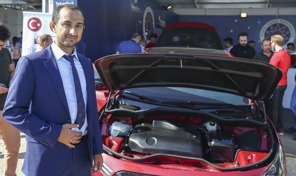 """<p>Gen Otomobil Ar-Ge Direktörü Nail Güzel, AA muhabirine, yerli imkanlarla geliştirilen otomobilin yüzde 100 elektrik enerjisi ile çalıştığını söyledi.</p>  <p></p>  <p>Güzel, """"Üzerindeki motor, motor sürücüsü, yazılımlar, aklınıza gelen bütün cihazlar yerli olarak geliştirilmiş. Yüzde 100 yerli araç diyebilirim, bataryaları hariç, maalesef bataryaları şu an için yurt dışından tedarik ediyoruz ama onları da ileride yerlileştirme çalışmalarımız olacak."""" dedi.</p>  <p>Firma olarak 2014 yılından beri elektrikli araçlar üzerinde çalışma yaptıklarını, söz konusu otomobilin Ar-Ge çalışmalarının ardından bir yılda üretildiğini anlatan Güzel, festivalde otomobile gösterilen ilgiden memnun olduğunu belirtti.</p>  <p></p>  <p></p>"""