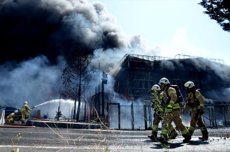 <p>Fabrikada polyester ve başka kimyasal maddeler var. Kimya ürününün olması yangının boyutunu biraz yükseltiyor ama inşallah çevre fabrikalara sirayet etmemesi için çalışıyoruz. Anadolu Yakası'nın tüm itfaiye ekipleri bu bölgede.</p>