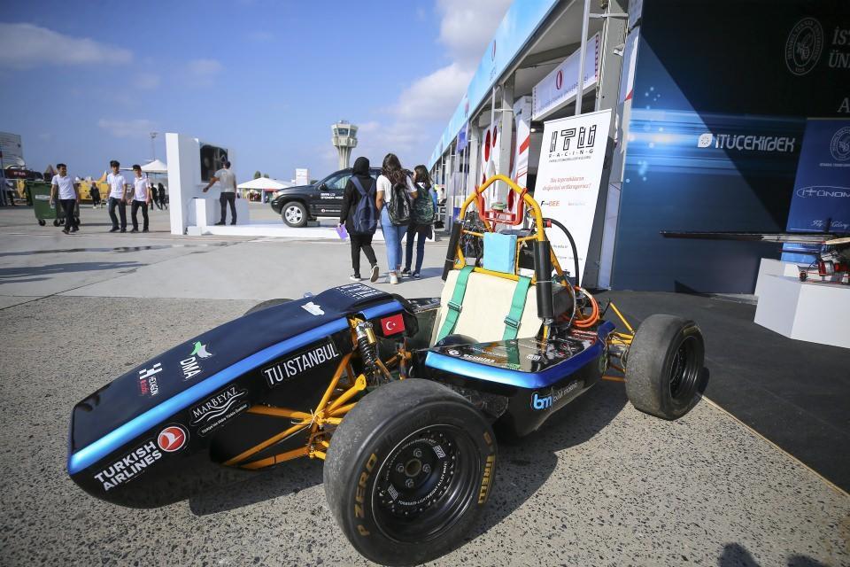 """<p><strong>Hidrojen enerjili araç</strong></p>  <p>İstanbul Üniversitesi öğrencilerinden oluşan """"Hidroist"""" takımı tarafından geliştirilen hidrojen enerjili araç, festivalde ilgi gören araçlar arasında yer alıyor.</p>  <p>Elektrik Elektronik Mühendisliği birinci sınıf öğrencisi Samet Özçadıroğlu, """"Hidrojen enerjisiyle çalışan bir araç yapıyoruz. Aslında aracımız elektrikli ama biz elektriği bir bataryadan kullanmak yerine hidrojenden elde ederek kullanıyoruz."""" dedi.</p>  <p>Geleceği hidrojende gördüklerinin altını çizen Özçadıroğlu, """"Çünkü elektriği üretmek sandığınız kadar kolay değil. Elektriği üretmek için de yine bir doğal kaynak harcamak zorundasız ama hidrojeni üretmek elektriğe karşı çok çok kolay."""" ifadesini kullandı.</p>  <p>Özçadıroğlu, şunları söyledi:</p>  <p>""""Fabrikalar havayı çekerek hidrojeni kolayca ayrıştırabiliyor. Elektriği üretmek için kaynak harcamak yerine hidrojen bu kadar kolay üretilebiliyorken neden biz onu kullanmayalım diye düşünüyoruz.""""</p>  <p>Özçadıroğlu, aracı uzun vadede 5 kişi kapasiteli, tamamen yerli ve milli hale getirmeyi amaçladıklarını kaydetti.</p>"""