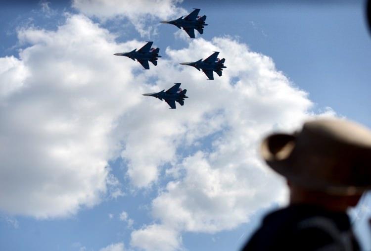 <p>UÇUŞ GÖSTERİLERİ BÜYÜLEDİ</p>  <p>Solo Türk, Türk Yıldızları, Hürkuş, İçişleri Bakanlığı, Türk Hava Kuvvetleri paraşüt atlayışı, Atak helikopteri, Rus Hava Kuvvetlerinin Su-30M uçaklarından oluşan Rus Şövalyeleri Akrobasi Takımı ve Rus yangın söndürme uçağı Be-200 ES ile Red Bull gösteri uçuşlarıyla TEKNOFEST'e renk kattı.</p>