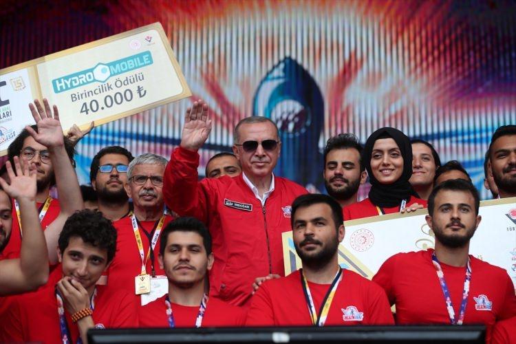 <p>TEKNOFEST kapsamında düzenlenen yarışmalarda dereceye giren projelerin sahiplerine ödüllerini takdim eden Erdoğan, yerli ve milli imkanlarla geliştirilen Akıncı SİHA'ya imzasını attı.</p>