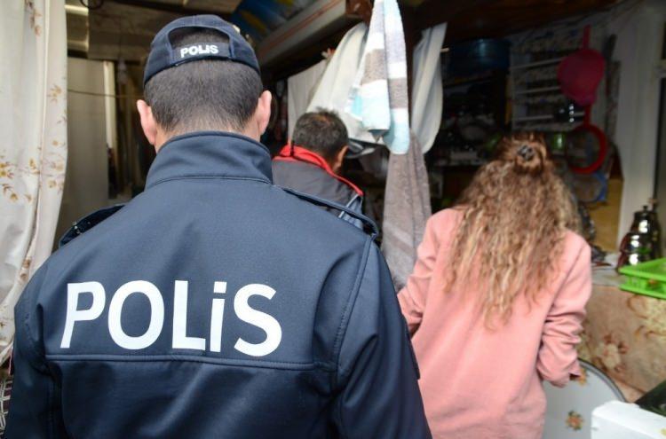 <p>Operasyonlarda, 2 yıla kadar hapis cezası ile aranmakta olan 653 şahıs, 5 yıla kadar hapis cezası ile aranmakta olan 331 şahıs, 10 yıla kadar hapis cezası ile aranmakta olan 119 şahıs, 20 yıla kadar hapis cezası ile aranmakta olan 30 şahıs, 20 yıl ve üzeri hapis cezası ile aranmakta olan 6 şahıs olmak üzere; bin 139'u hükümlü, bin 667'si yakalama emri ile aranmakta olan, toplam 2 bin 806 şahıs yakalanarak, adli mercilere sevk edildi. Ayrıca operasyonlarda kayıp olarak aranan 7 çocuk ve 22 yetişkin şahıs da bulundu.</p>