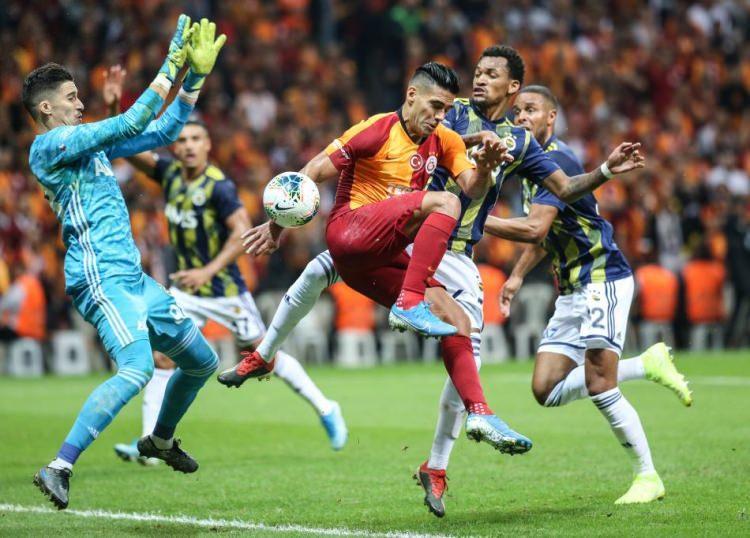 Galatasaray-F.Bahçe derbisinde şaşırtan an!