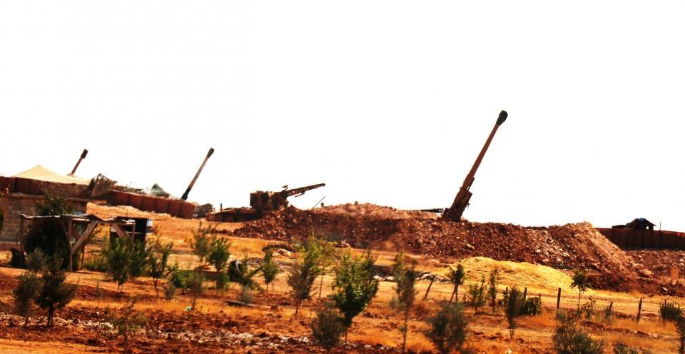 <p>Türk Silahlı Kuvvetleri (TSK) unsurları, Şanlıurfa'nın Suruç ilçesinin karşısında bulunan Kobani sınırında elleri tetikte hazır bekliyor. Fırtına obüslerin namluları teröristlere çevrilerek mevzi kazma çalışmaları yapıldı.</p>