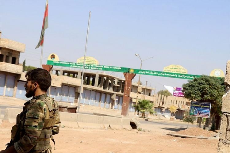 <p>M4 kara yolu, terör örgütü YPG/PKK'nın Fırat Nehri'nin batısındaki Münbiç'ten, Suriye-Türkiye-Irak sınırı üçgenindeki Kamışlı ilçesine kadar uzanarak stratejik kara yolu bağlantısını sağlıyor.</p>