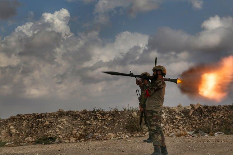 <p>Türk Silahlı Kuvvetleri'nin (TSK) düzenlediği Fırat Kalkanı ve Zeytin Dalı harekatlarına katılan Özgür Suriye Ordusu (ÖSO) güçleri, Fırat'ın doğusuna yönelik olası bir harekatta da TSK ile omuz omuza operasyona katılacak.</p>