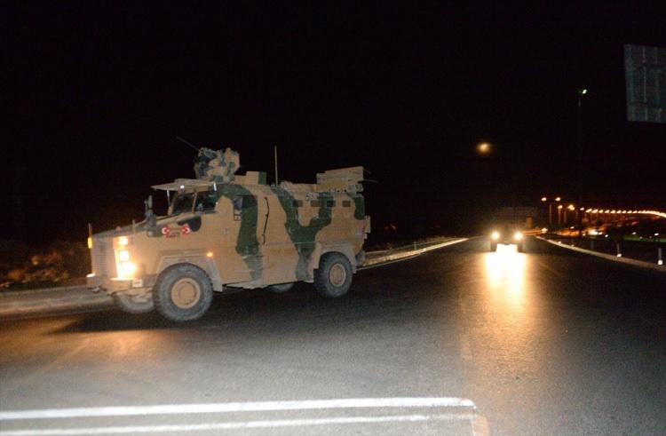 <p>Türk Silahlı Kuvvetleri tarafından Suriye sınırındaki askeri birliklere komando ve zırhlı personel taşıyıcı takviyesi yapıldı.</p>  <p></p>